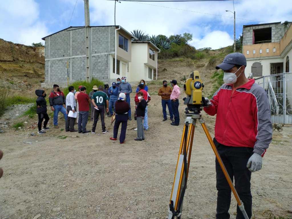 Los profesionales empezaron con su labor en la intersección de las calles Dolores Cacuango y Túpac Amaru.