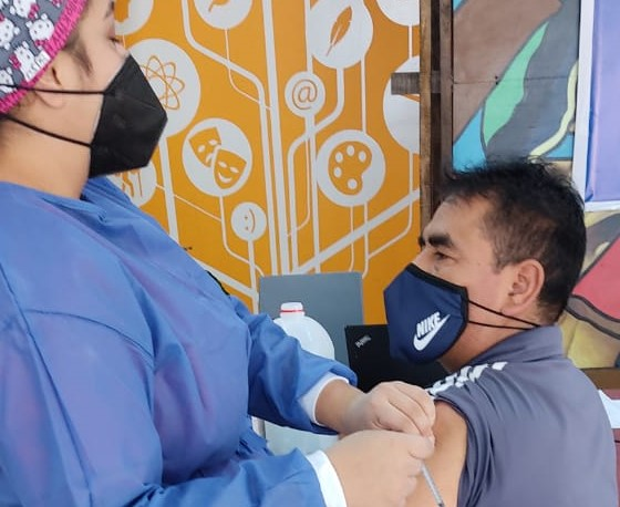 A la UTPL llegó un grupo de obreros municipales para recibir la vacuna.