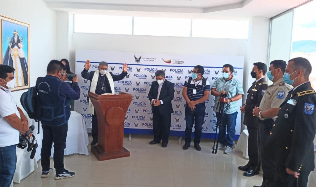 Walter Heras Segarra, Obispo de Loja, bendijo las instalaciones de esa entidad policial.