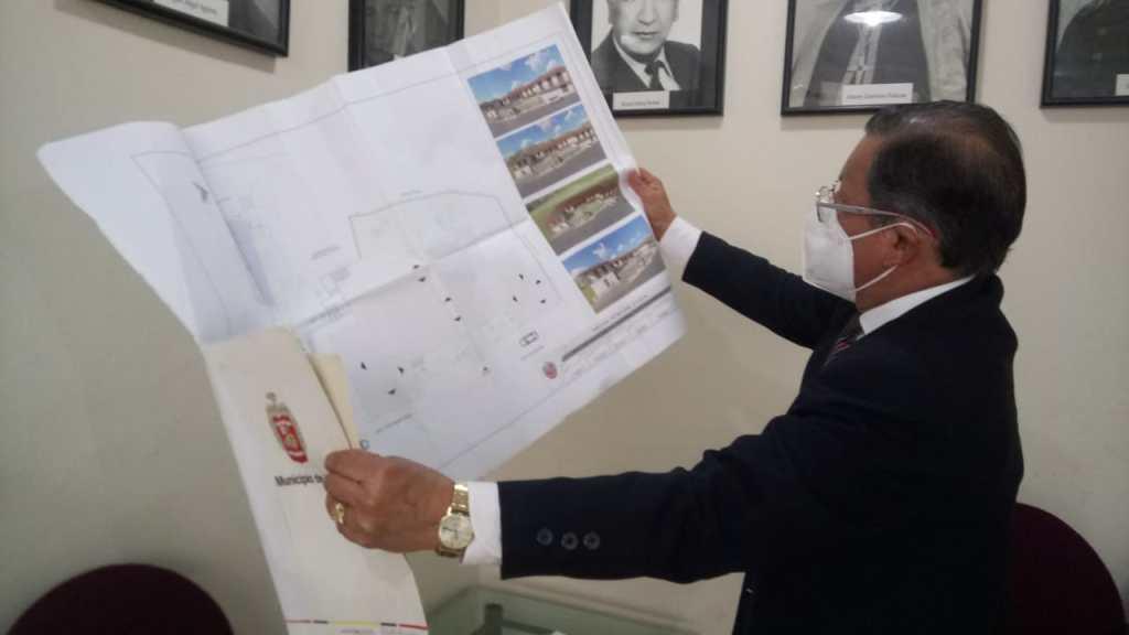 Fernando Montaño muestra el plano del proyecto, que comprende la restauración de la vivienda.