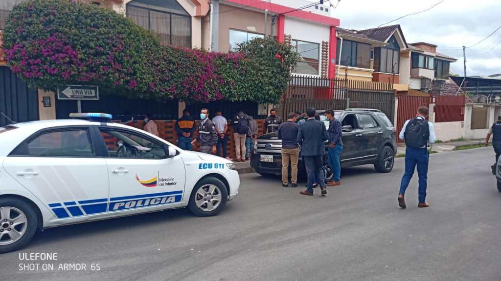 En una esquina de la Ciudadela El Recreo se interceptó a los malhechores que se movilizaban en un vehículo.