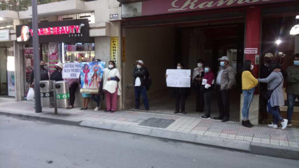 Los habitantes, desde las 16:00 de ayer, se ubicaron con carteles y consignas frente a la Corte de Justicia.