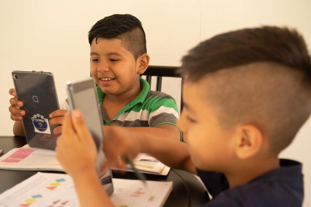 Niños y adolescentes son los beneficiarios de la entrega de los dispositivos.