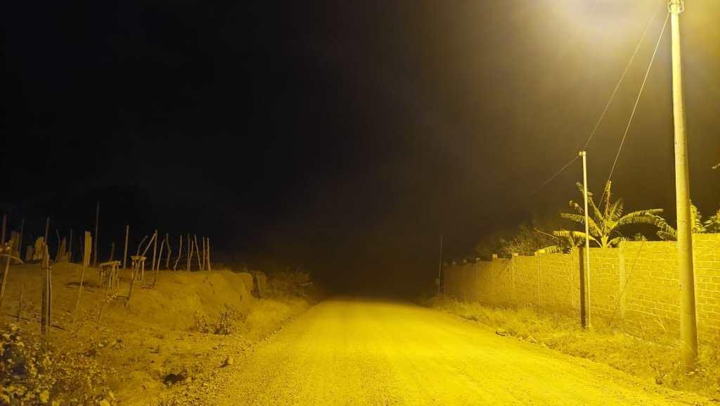 El alumbrado llega hasta unos 400 metros antes del barrio, de allí hacia más allá (al fondo de la fotografía) todo es sombra.