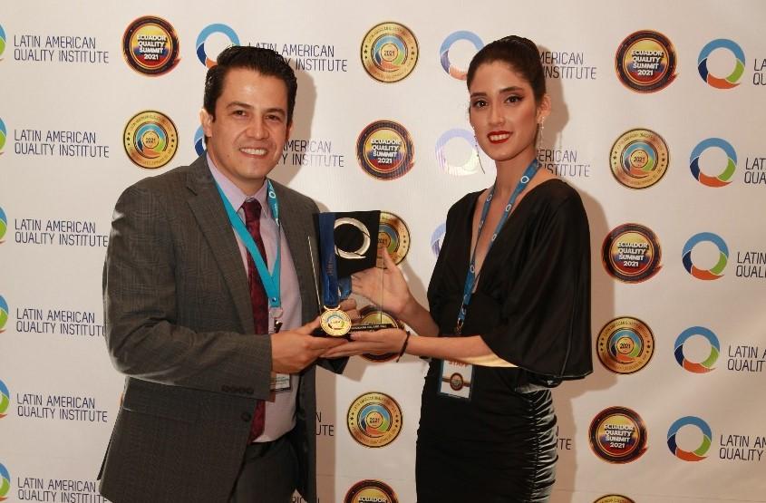 El gerente del HCSA, David Romo Rodríguez, en representación de la entidad, recibe la distinción.