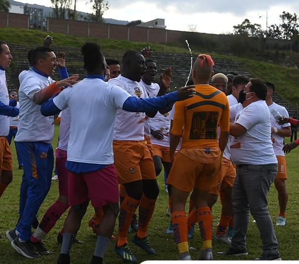 El equipo de Libertad festejó el bicampeonato.