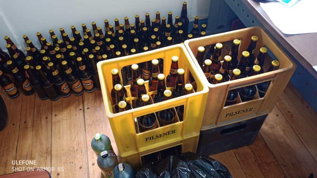 Las botellas que fueron decomisadas y sirvieron para probar el desacato.
