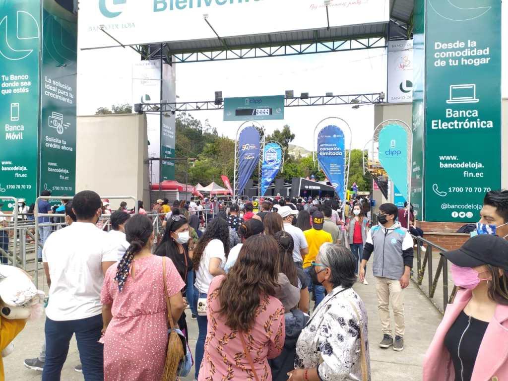 En el ingreso al Complejo Ferial 'Simón Bolívar', la tarde de este domingo 3 de octubre, hubo un buen número de personas.