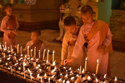 niños monjes yangon