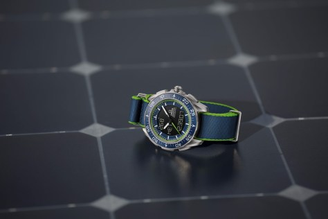 OMEGA Speedmaster Skywalker X-33 Solar Impulse Edición Limitada sobre panel solar
