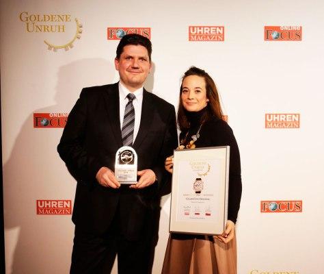Michael Hammer -PR Manager- y Christina Hentschel -VP Marketing-, con el premio Goldene Uruh