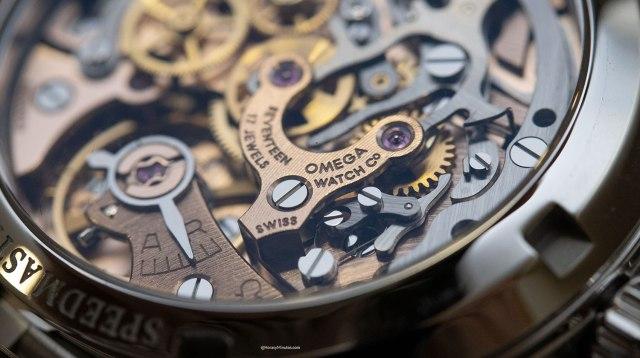 """Detalle del calibre del El Omega Speedmaster Moonwatch 321 actual a la izquierda, y el """"Ed White"""" a la derecha"""