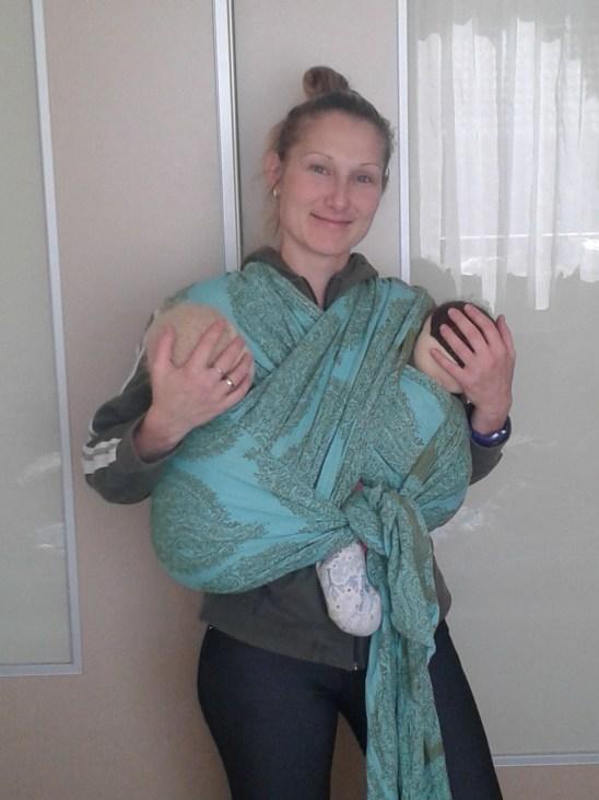 Iker babák hordozása szövött kendőben