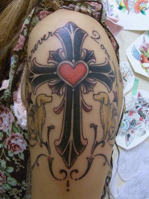 クロスとレトリバーのタトゥー画像