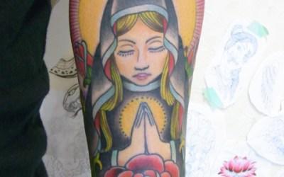 腕にマリアとバラのタトゥー