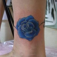 青いバラのタトゥー画像