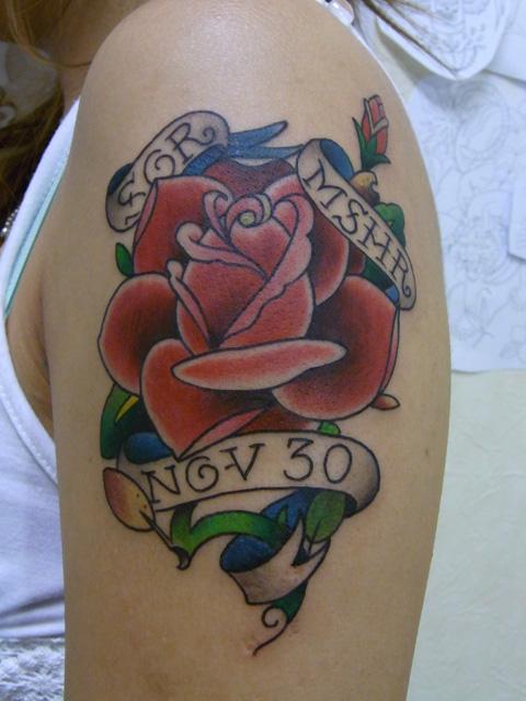 バラと文字のタトゥー画像