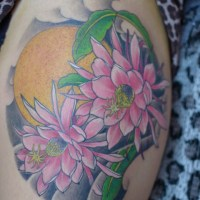 太ももに月下美人のタトゥー