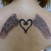 背中の上面に翼とハートのタトゥー