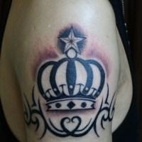 王冠のトライバルのタトゥー画像