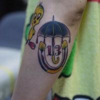 腕に傘と蹄鉄のタトゥー