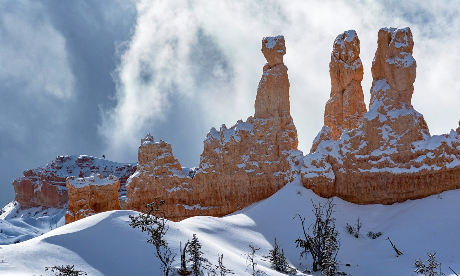 Bryce canyon photo tour with hoodoos in snow. Bryce Canyon in Winter with snow and sunshine.