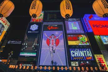 This Glico running man is famous for some reason. This is the dotonburi section of Osaka, famous for being busy at night.
