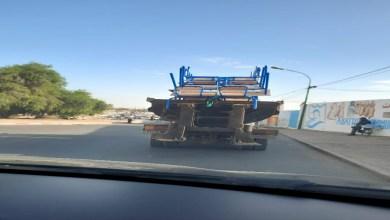صورة نقل مقاعد دراسية عبر شاحنة أزبال بإنزكان ..مسؤول جماعي يكشف حقيقة الصور