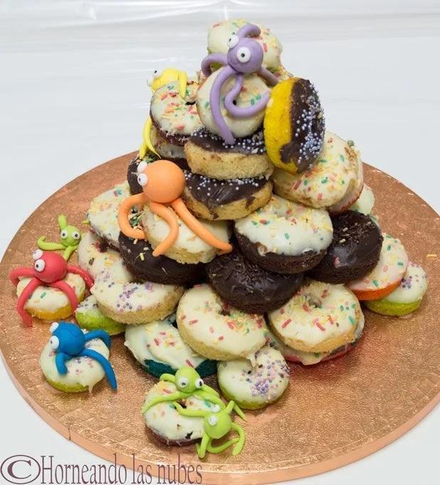 Tarta pulpitos. Una torre de minidonuts con pulpitos de fondant.
