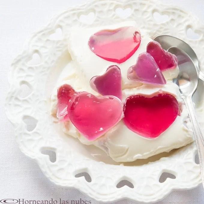 Crema de queso con corazones de frambuesa.