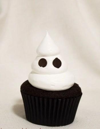 Cupcakes de chocolate con fantasma de merengue