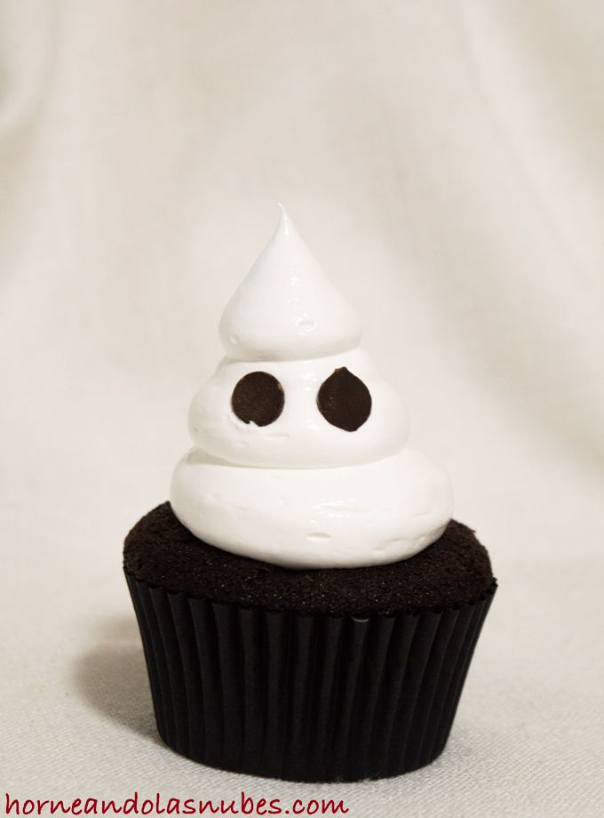 Cupcakes de chocolate con fantasma de merengue