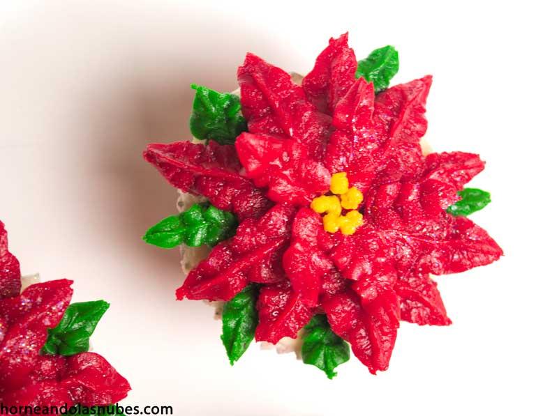 Cupcakes con sabor a Navidad con forma de flor de Pascua.