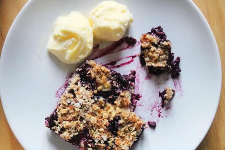 Crujiente de arándanos o blueberries
