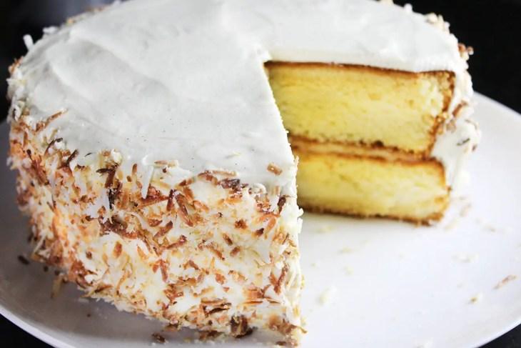 Pastel de coco con betún de mantequilla