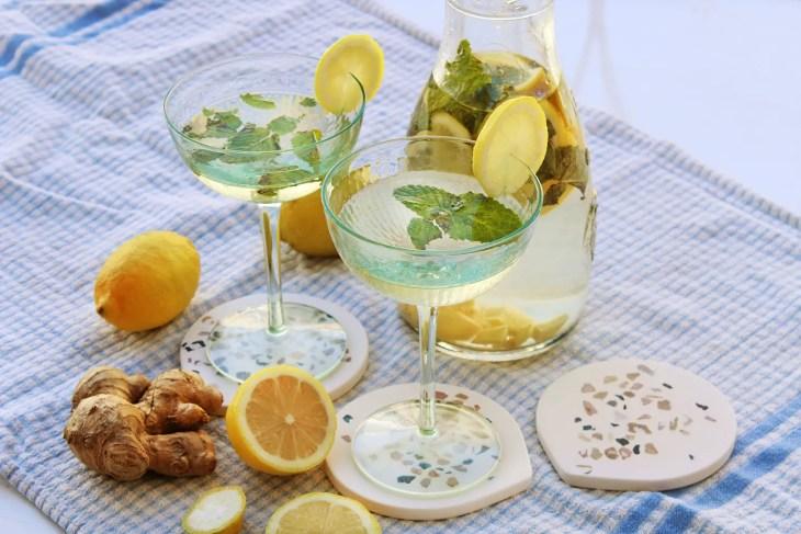 Receta de un agua de limón refrescante con hierbabuena y jengibre