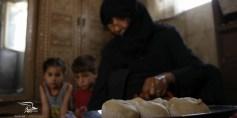 أم محمود الدومانية ..تصنع الخبز لتأخذ أجرتها خبزاً