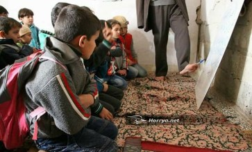 مدرس من ذوي الاحتياجات الخاصة يعلم أطفال ادلب