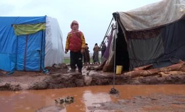 العاصفة المطرية تثقل هموم النازحين بريف إدلب