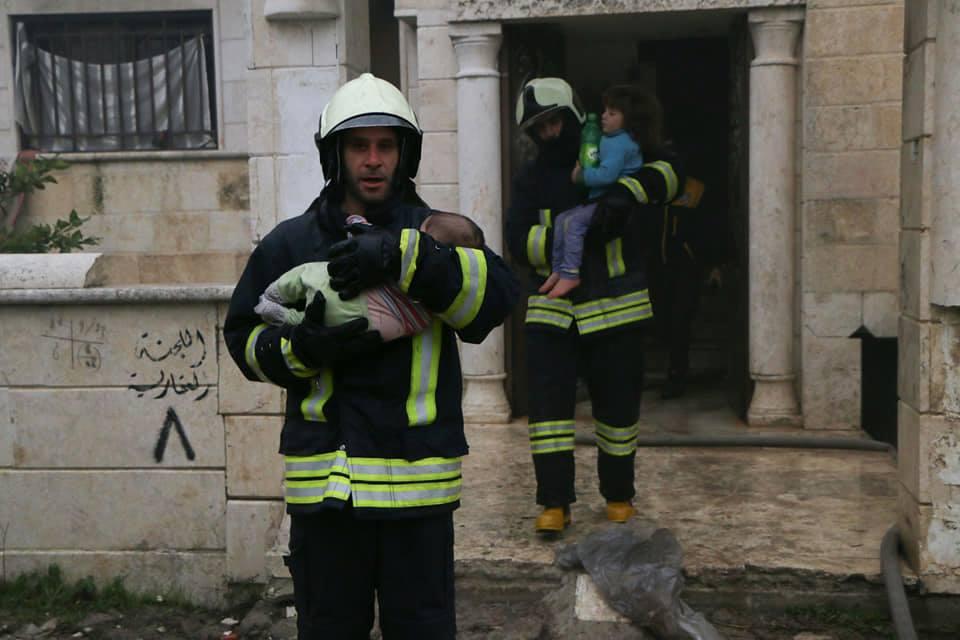 الدفاع المدني السوري ينقذ عائلة من حريق في ريف إدلب حرية برس
