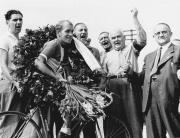 Chr. Pedersen (3) 1944 - hyldes efter sin DM sejr i Horsens af borgmester Juliussen m. fl..jpg