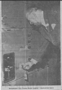 Borgmester Ove Jensen drejer nøglen - vandværket kører (Horsens Folkeblad 13.  maj 1971)