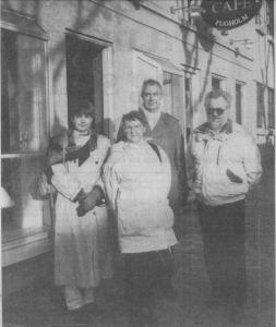 Projekt 88 kunne godt tænke sig at lave et værested i den lukkede Café P. Sørensen i Fugholm. Her er (fra venstre) Kirsten Wohlert, Inger Møller, Leif Buch-Hansen og Gunner Petersen fra projektet ude at tage lokaliteterne i nærmere øjesyn. (Foto: Lars Juul)