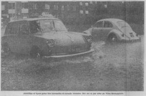 Adskillige af byens gader blev forvandlet til rivende strømme. Her ses et par biler på Vitus Beringsplads.