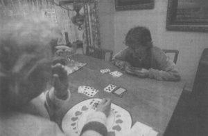 Når de to stætter sig til kortbordet, er det Gurli, der bliver den lille, Viola ved godt, hvordan man spiller 500.