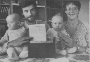 John og Åse Norup fik selv tvillingerne Sarah og Michael for fem måneder siden. Nu har de lavet et Iandsdækkende kartotek over andre familier med tvillinger, A de på læ ngere sigt kan kontakt med dem, som bor i nrheden. Foreløblg har 20 meldt sig. Her ses familien med indmeldingsblanketterne til kartoteket. (Foto: Lars Juul)