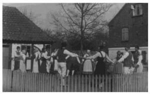 Folkedans foran museet, 1935.
