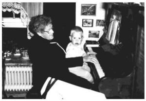 """Mie, 89 år med tipoldebarn Dennis i """"Laboremus""""."""