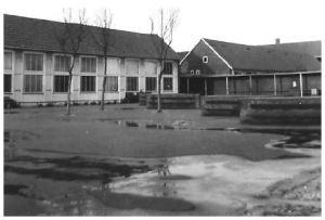 Den lille skolegård, som det var strengt forbudt at komme i, hvis man gik i de større klasser. Tror, at det kun var 1.-3. klasserne, som måtte være der.