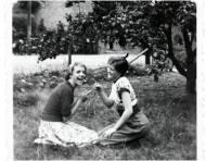 Åse og Margit pjanker i haven